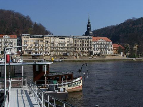 Blick über die Elbe und das 5 Sterne Hotel Elbresidenz